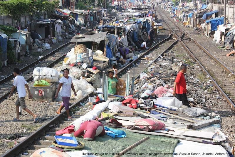Sejumlah warga beraktifitas di kawasan kumuh pinggir rel kereta api Stasiun Senen, Jakarta, Rabu (2/7).